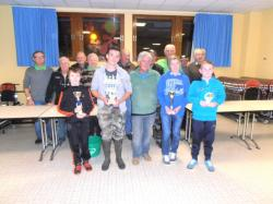 Les 4 jeunes avec coupes ou trophée en compagnie des encadrants