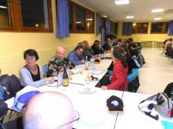 L'assistance à table avec les friandises & la boisson