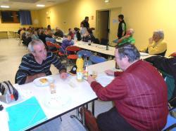 L'assistance à tables avec les friandises & la boisson